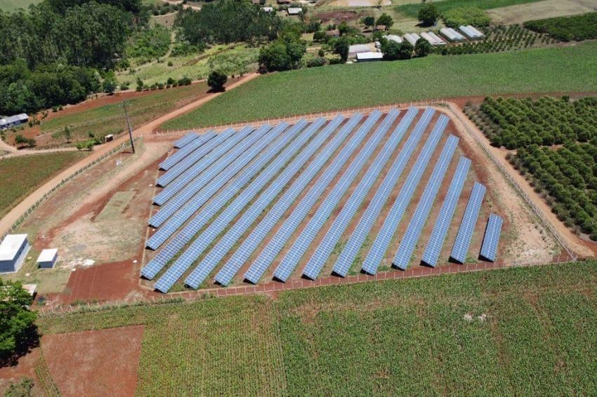 A usina solar, de 1.140 MWp, é localizada na cidade de Mondaí (SC) e atende 37 lojas do Grupo DIMED