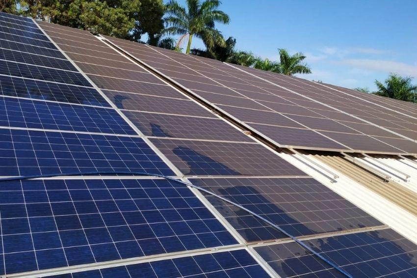 Como deve ser realizada a limpeza dos painéis solares?