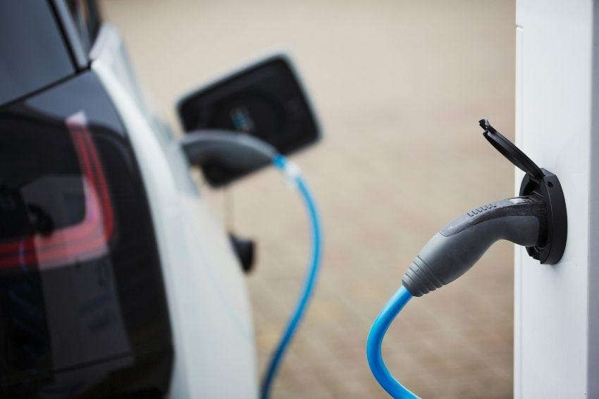 Vendas de VEs devem ultrapassar as de carros a combustão até 2035