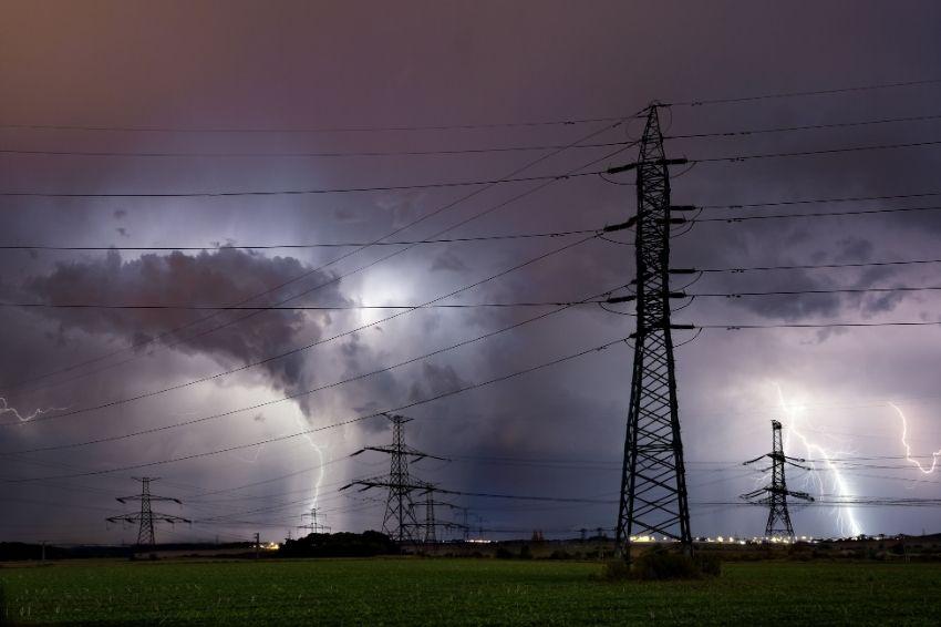Como proteger os equipamentos FV contra descargas atmosféricas?