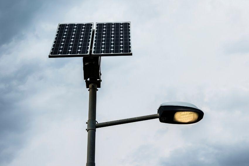 Especialista aponta vantagens das luminárias solares