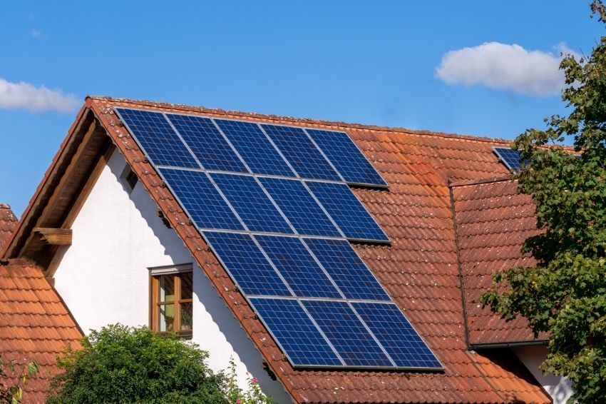 Conta de luz dispara, enquanto sistemas solares ficam mais baratos