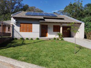 sistema solar residencial que gera energia  para duas residências em terrenos distintos.