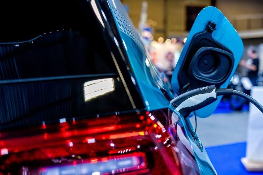 Venda de veículos elétricos cresce 114% no mundo